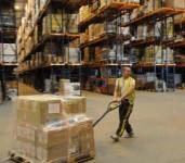 Magazynier – praca Niemcy na magazynie przy pakowaniu i układaniu towarów