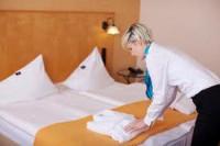 Fizyczna praca w Niemczech dla pokojówki przy sprzątaniu w hotelu Berlin