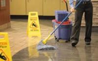 Aktualna praca Niemcy przy sprzątaniu na terminalu lotniska Monachium