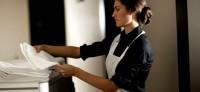 Pokojówka – Pokojowy Niemcy praca przy sprzątaniu w hotelu z Kühlungsborn